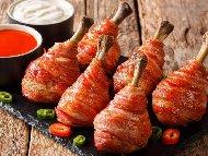 Печени пилешки бутчета, увити в бекон с топено сирене